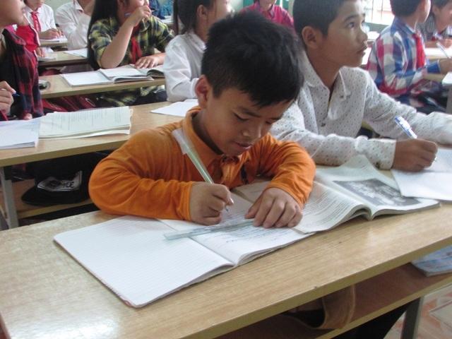 Hằng ngày, vượt bao khó khăn, Huỳnh vẫn cố gắng đến lớp để nuôi lớn ước mơ con chữ. (Ảnh: Như Sương)