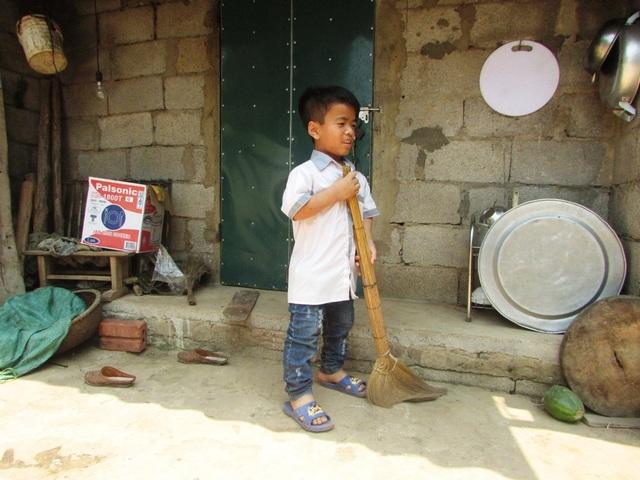 Ngoài giờ lên lớp, Huỳnh luôn tranh thủ thời gian để phụ mẹ công việc nhà. (Ảnh: Như Sương)