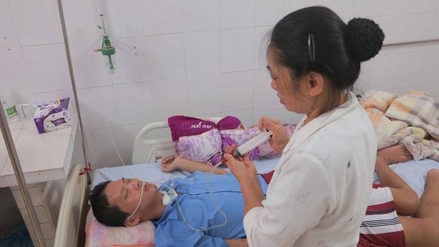 Hằng ngày bà Tam cho con ăn và uống nước bằng cách bơm qua đường ống tiêm như thế này.
