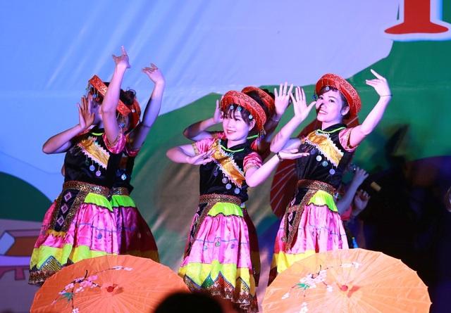 Lễ hội Hang Bua mang nét độc đáo chứa đựng các yếu tố văn hóa dân gian truyền thống của đồng bào dân tộc Thái.