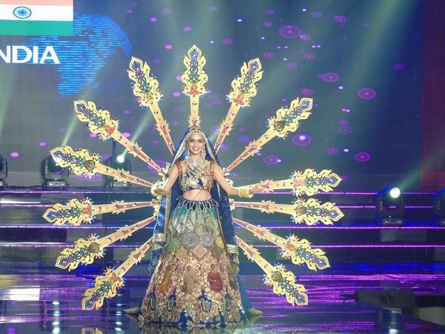 Đại điện của Ấn Độ lộng lẫy trên sân khấu với bộ trang phục cầu kỳ