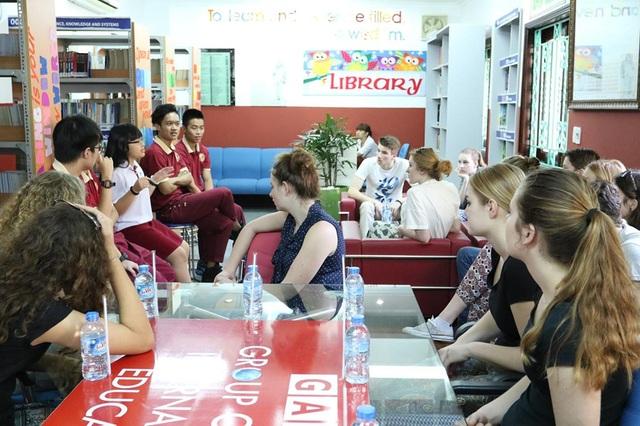 Thiên Kim (bên trái, áo sơ mi trắng) trong buổi giao lưu văn hóa giữa Trường Quốc tế Á Châu và đoàn giáo viên - học sinh Trường Maartens College - Hà Lan.