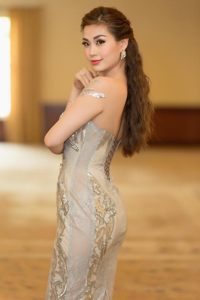 Á hậu 2 Hoa hậu Việt Nam 2014 Diễm Trang đến động viên tinh thần đàn em chuẩn bị chinh chiến quốc tế. Gái một con khiến nhiều người ngẩn ngơ vì vóc dáng đẹp.