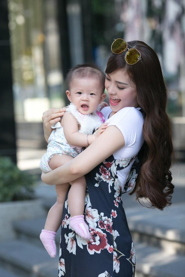 Diễm Trang gọi hành trình những ngày đầu làm mẹ là: Một chặng đường vất vả nhưng cực kì đáng nhớ và đầy tự hào.