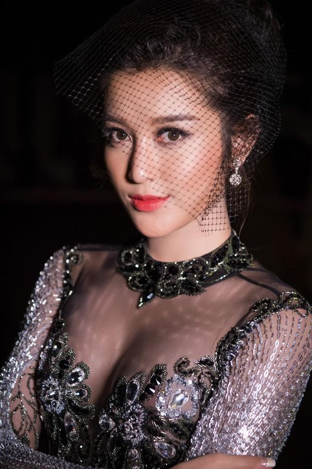 Huyền My đang tích cực chuẩn bị cho cuộc thi Hoa hậu Hòa bình Thế giới.