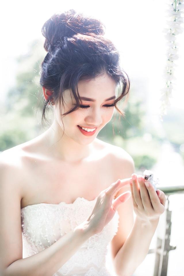 Trông Thanh Tú như một công chúa bước ra từ thế giới cổ tích, đang trong cơn say hạnh phúc.
