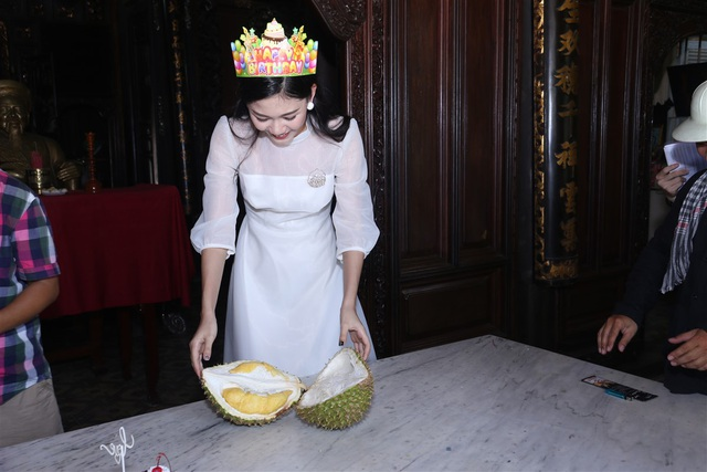 Cô không thể chờ lâu được mà đã tự tay xẻ quả sầu riêng.
