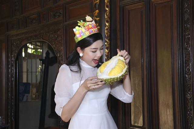 """Á hậu Thanh Tú nhận """"quà độc lạ"""" trong tiệc sinh nhật bí mật - 8"""