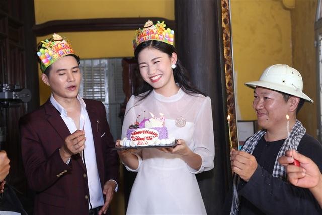 Thanh Tú tươi tắn bên cạnh MC Vũ Mạnh Cường trong tiệc sinh nhật bất ngờ.