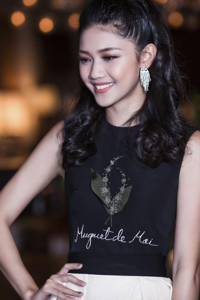 Còn Á hậu Thanh Tú, vẫn luôn trung thành với phong cách quý cô thanh lịch.