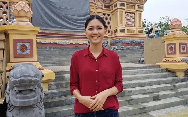 Á hậu 1 Việt Nam 2016 tại sân khấu Bia Quốc Học trước đêm diễn 29/4