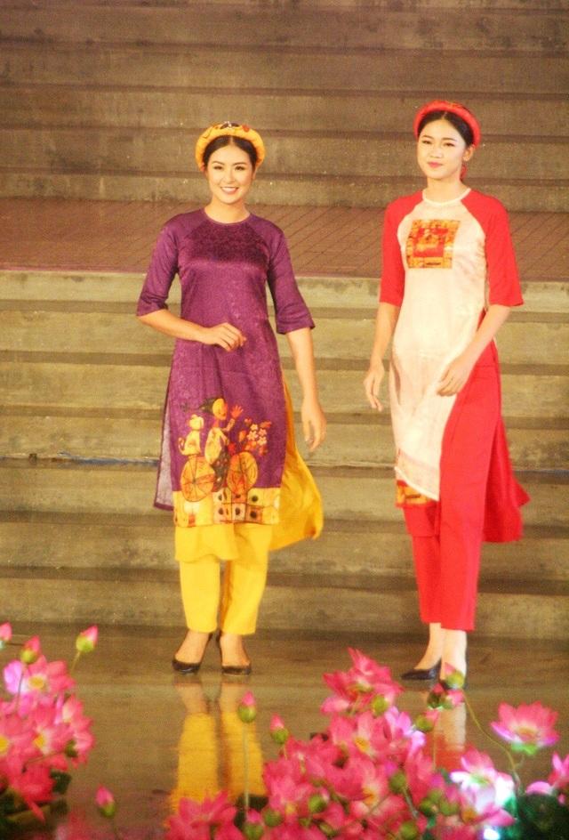 Á hậu Thanh Tú cùng Hoa hậu Ngọc Hân trong đêm khai mạc Festival Nghề truyền thống Huế 2017 vừa diễn ra tối 28/4