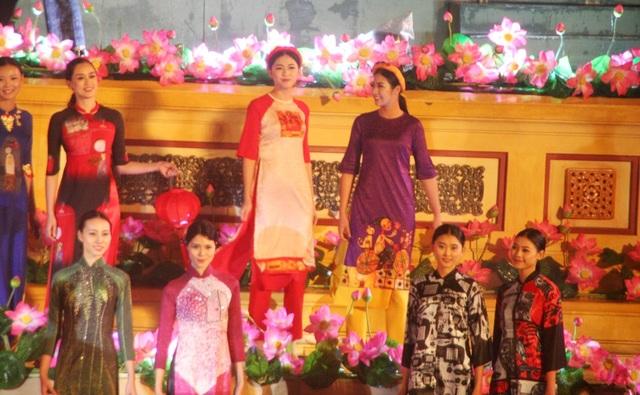 Thanh Tú (hàng trên, thứ 3 từ trái qua) cùng biểu diễn cạnh Hoa hậu Ngọc Hân ở đêm khai mạc Festival (Ảnh: Đại Dương)