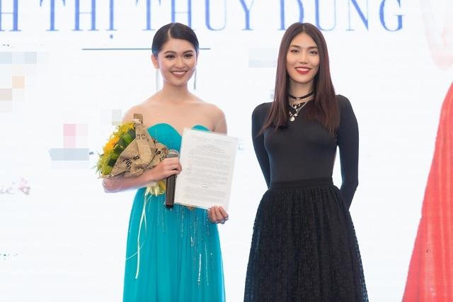 Đại diện phía đơn vị nắm bản quyền CEO Elite miền Nam - Trần Ngọc Lan Khuê đã trao giấy phép dự thi Hoa hậu Quốc tế 2017 cho Thuỳ Dung. Giấy phép số 408/GP-NTBD do phó Cục trưởng Cục NTBD Lê Minh Tuấn ký ngày 7/8/2017.
