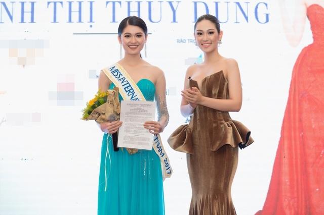 Á khôi Áo dài 2016 Phương Linh, đại diện Việt Nam tại Hoa hậu Quốc tế 2016 đã trao băng đeo (sash) Miss International Vietnam 2017 cho Thuỳ Dung. Việc này được thực hiện theo đúng tinh thần của các cuộc thi quốc tế, như một sự trao quyền đại diện cho các người đẹp dự thi từ người tiền nhiệm.
