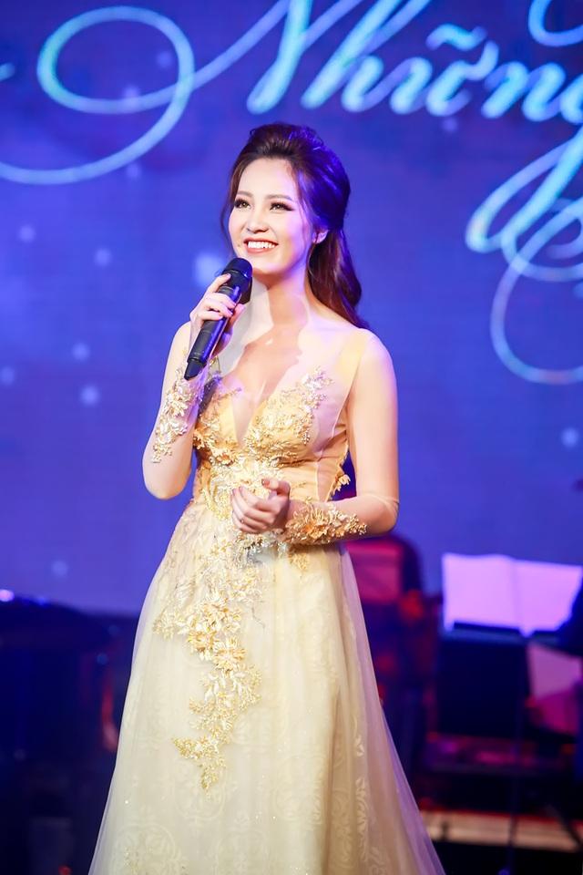 """Thụy Vân trở thành người kết nối các bài hát trở thành một câu chuyện hoàn chỉnh trong hai ngày 7 và 8/3 diễn ra liveshow """"Những bản tình ca dành cho em"""" của nhạc sĩ Phú Quang."""