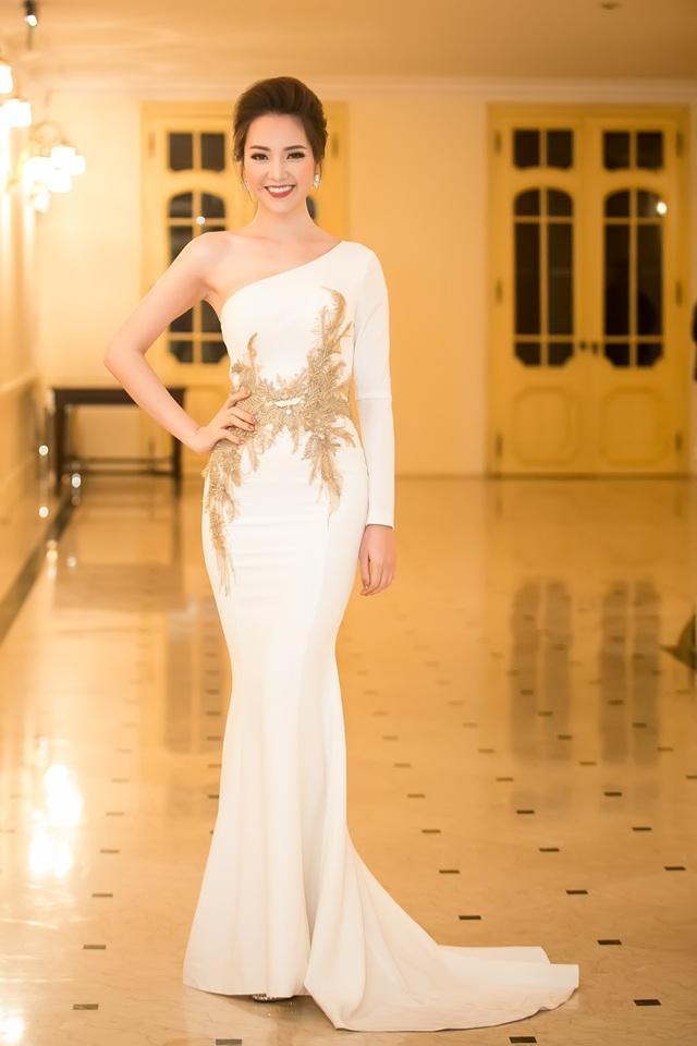 Chiếc váy đuôi cá màu trắng với chi tiết thêu ấn tượng.