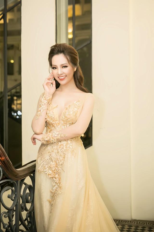 Để xuất hiện thật lộng lẫy trong 2 đêm liên tiếp, Thụy Vân đã chuẩn bị hai bộ váy dạ hội tôn được vóc dáng và nhan sắc.