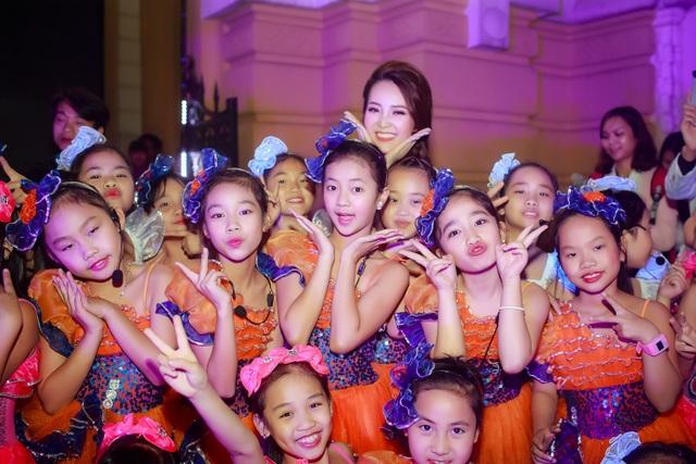 Á hậu cùng các em thiếu nhi tham gia biểu diễn trong chương trình.