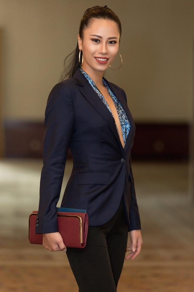 Á khôi Áo dài - Á hậu tại Hoa hậu hữu nghị ASEAN 2017 Yến Nhi cá tính với vest.