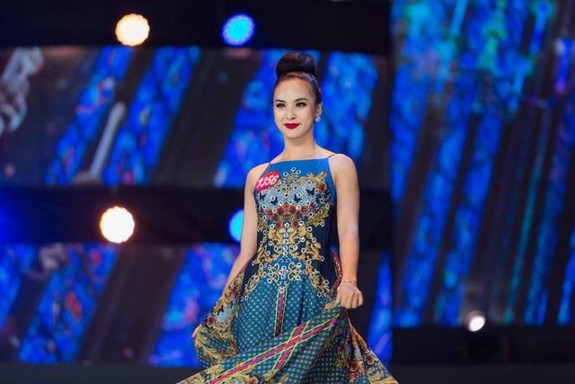 Nữ sinh Nguyễn Thị Quỳnh Nga trình diễn áo dạ hội trong đêm chung kết Hoa khôi Sinh viên Việt Nam