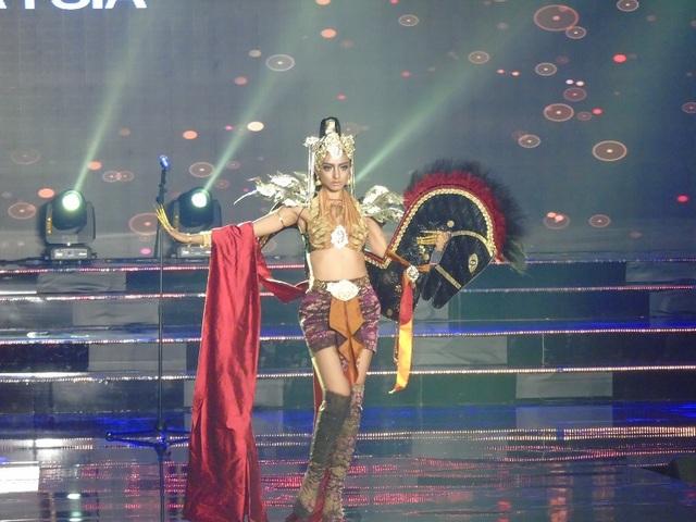 Phần trình diễn Trang phục dân tộc của thí sinh đến từ Malaysia