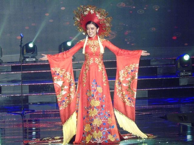 Á hậu Huyền My đã mang đến cuộc thi bộ trang nặng hơn 30kg, đây là một bộ áo dài màu đỏ với phần đuôi dài, được xẻ thành nhiều tà, tay dài kết hợp cùng mấn đội đầu được trang trí cầu kỳ nặng gần 8 kg.