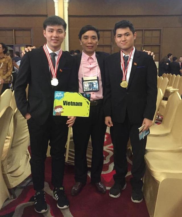 Hai em Trần Hữu Bình Minh và Nguyễn Cảnh Hoàng chụp ảnh cùng thầy Trần Văn Nga tại kỳ thi Olympic Toán quốc tế ở Brazil.