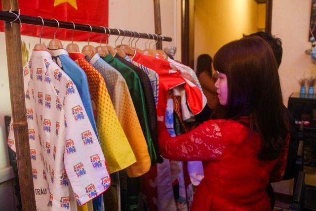 Độc đáo bộ sưu tập áo dài tranh Đông Hồ - 10