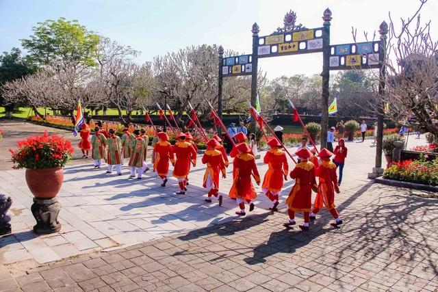 Nghi lễ Đổi gác được tái hiện tại Hoàng Cung Huế vào sáng múng 1 Tết 2017