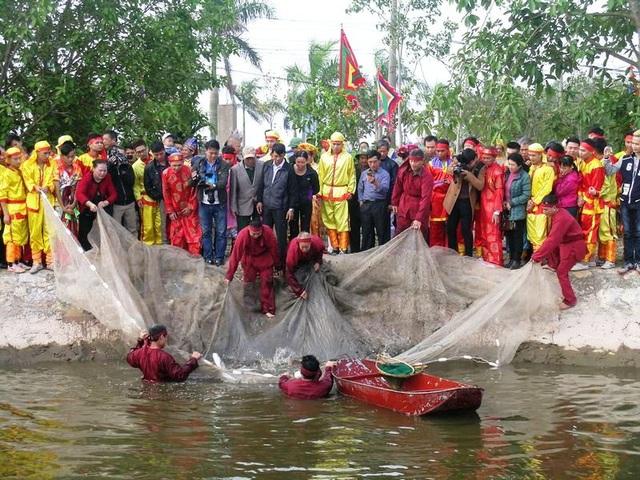"""Trước ngày thực hiện nghi lễ """"rước nước, tế cá"""" ao thả cá đã được phát quang, tẩy uế trước khi lễ hội diễn ra"""