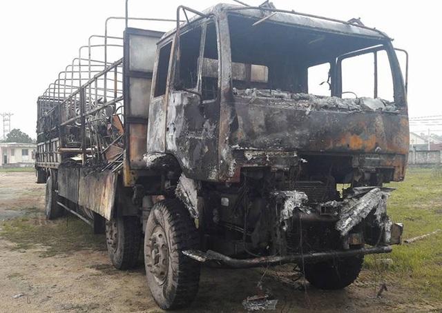 Chiếc xe tải cùng toàn bộ hàng hóa trên xe cháy rụi