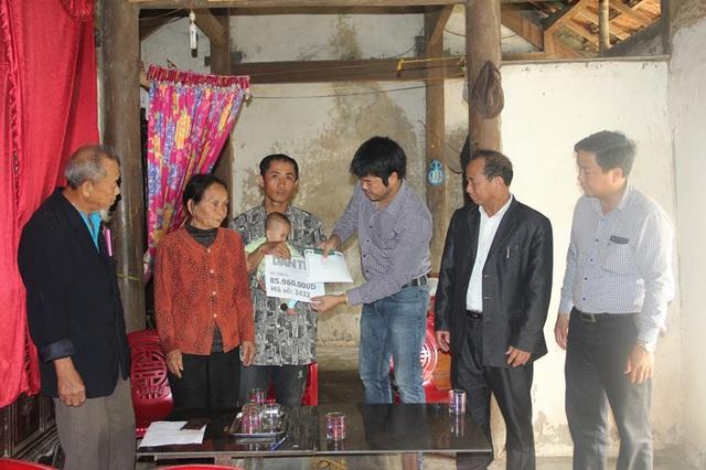 PV Dân trí cùng đại diện chính quyền địa phương trao 85.960.000 đồng của các nhà hảo tâm tới gia đình bé Thanh Nhàn.