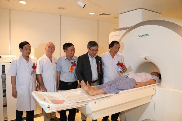 Lãnh đạo Bệnh viện Mạch Mai, Sở Y tế Hà Tĩnh tham quan hệ thống chụp Cộng hưởng từ 1.5 Tesla tại Bệnh viện.