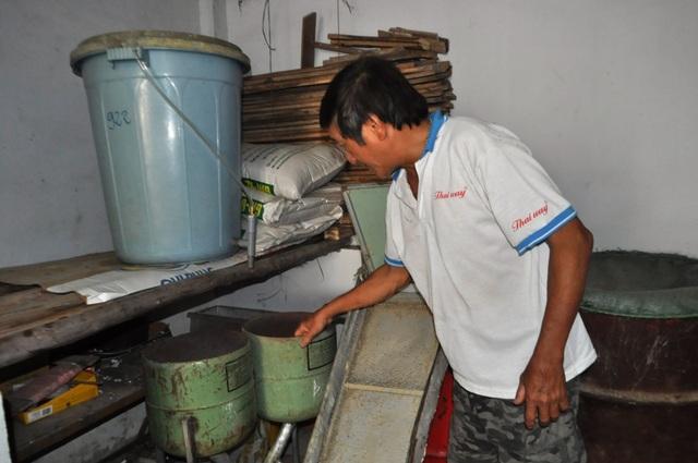 Ông tự chế các loại máy lọc cám, thùng nước cung cấp vitamin C cho bồ câu