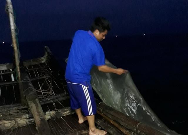 Ngư dân đi đánh bắt tôm tít thường ra khơi từ rạng sáng