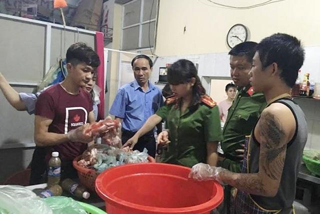 Lực lượng chức năng tiến hành kiểm tra thực phẩm của nhà hàng Vinh Hạnh