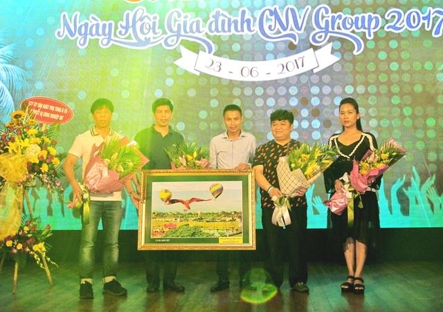 Ông Nguyễn Hữu Bắc (giữa) - Chủ tịch Công ty đầu tư Du lịch PhucGroup tặng hoa chúc mừng HĐQT Tập đoàn Công nghiệp Việt.