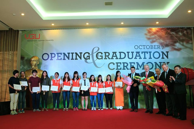 Sinh viên VGU nhận học bổng trong Lễ khai giảng và Tổng kết năm học 2016