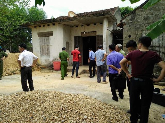 Cơ quan cảnh sát điều tra có mặt tại nhà cô Chung để điều tra làm vụ án mạng. (Ảnh: Đ.B)
