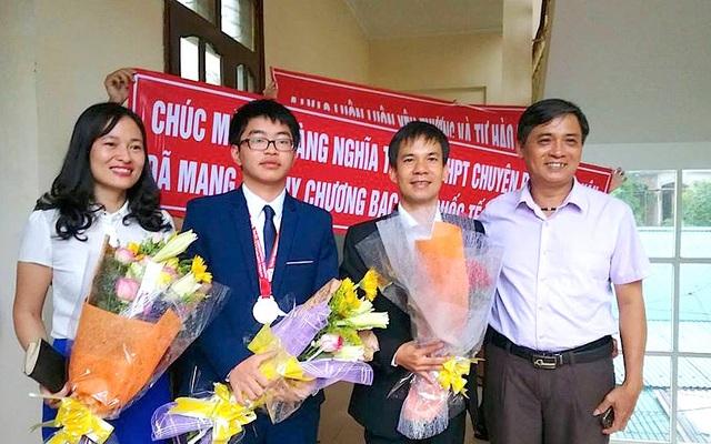 Thầy Nguyễn Tường Lân và cô Trần Quỳnh Anh (giáo viên trực tiếp giảng dạy môn Hóa học của em Nguyễn Hoàng Tuyến) cùng học trò Hoàng Nghĩa Tuyến vui mừng trở về.