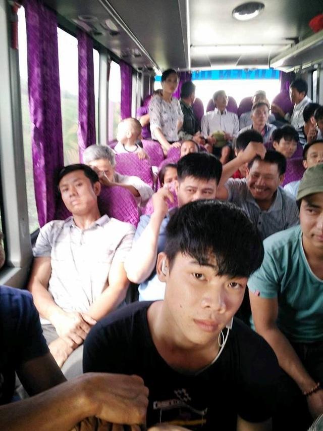 Xe khách 29 chỗ, được nhồi khách chật cứng, lên đến 45 người trên xe.