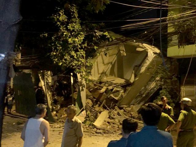 Nhà 3 tầng đổ sập trong đêm, đè nát nhà bên cạnh - 1