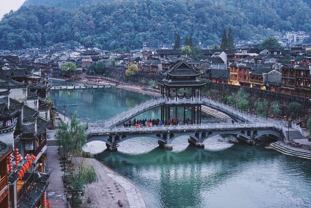 Toàn cảnh Phượng Hoàng cổ trấn cổ kính bên dòng Đà Giang