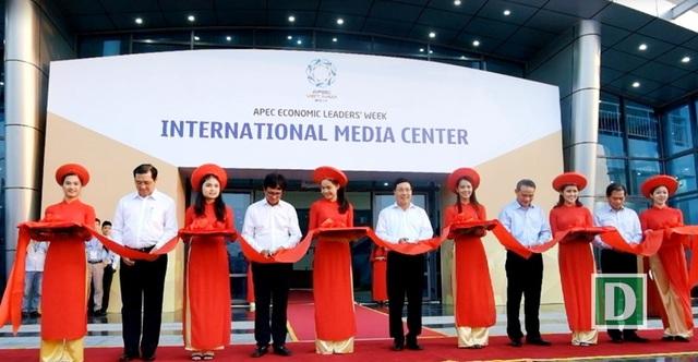 Phó Thủ tướng Phạm Bình Minh cùng các đại biểu cắt băng khai trương Trung tâm báo chí quốc tế Tuần lễ Cấp cao APEC 2017