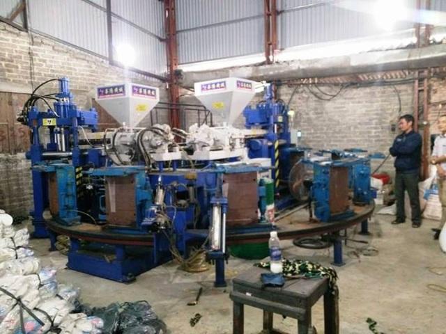 Máy làm ủng nhựa hộ gia đình ông Mãn tự ý mua về sản xuất, không có trong đề án bảo vệ môi trường do huyện Nho Quan cấp.