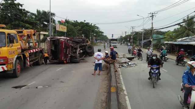 Chiếc xe tải nằm trên đường sau khi gặp sự cố