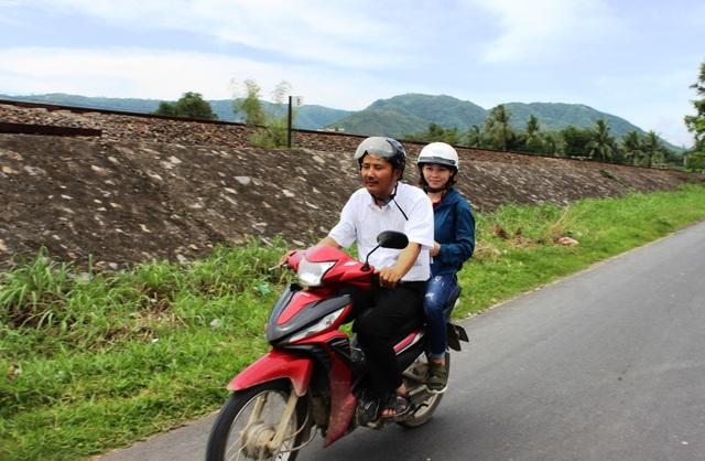 Thầy giáo Mênh đến với các hoàn cảnh khó khăn ở huyện Đồng Xuân (Phú Yên)
