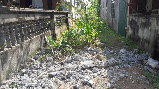 Lối đi mà gia đình cụ Dương Thị Thành đã sử dụng trước đó dẫn thẳng vào mảnh đất của gia đình, những hộ khác đều đã có lối đi riêng thẳng ra mặt đường.