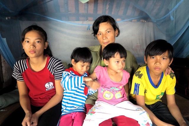 Người chồng qua đời để lại cho chị 4 đứa con thơ dại, đứa lớn mới lên 10, đứa nhỏ còn bế ẵm trên tay và bố mẹ chồng đã ngoài 80 tuổi.